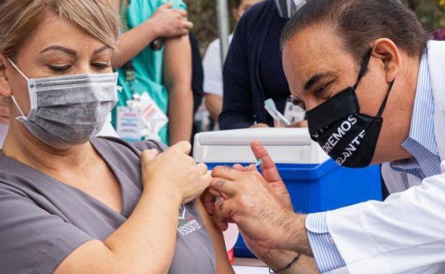 Continúa vacunación de personal médico contra la COVID-19
